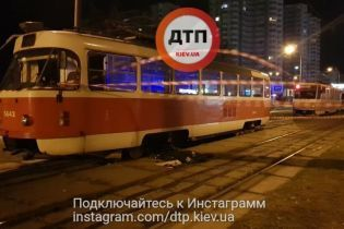 Жуткое ДТП в Киеве: трамвай переехал женщину с ребенком