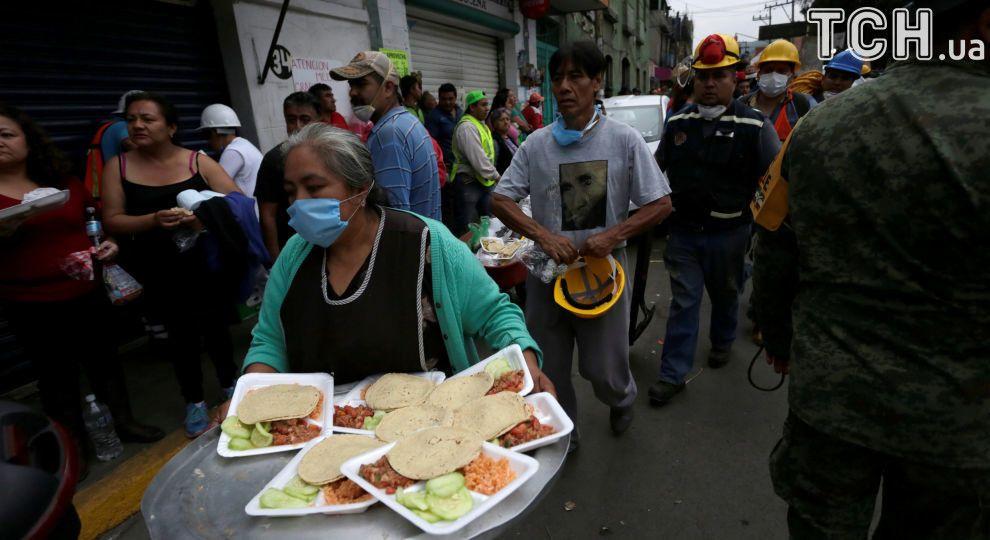 В Мексике разбился вертолет с гумпомощью для жертв землетрясения