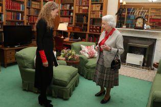 В домашней обстановке: Елизавета IIв шотландской юбке и алой блузе на аудиенции в замке Балморал