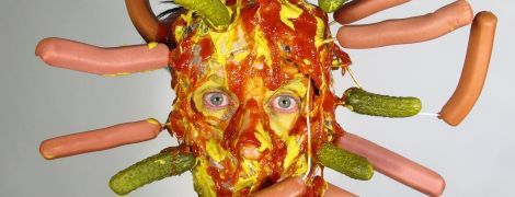 Летающие сосиски, части тел и эпатажные коллажи. Что постит в Instagram чудаковатый художник из Нью Йорка