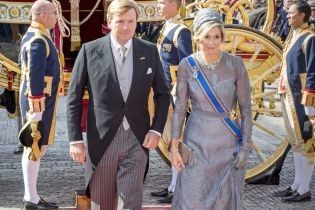 Королева Максима в элегантном образе прибыла на торжественное мероприятие