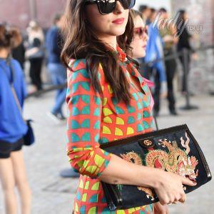 В пестром платье и с красной помадой: Дакота Джонсон на Миланской неделе моды