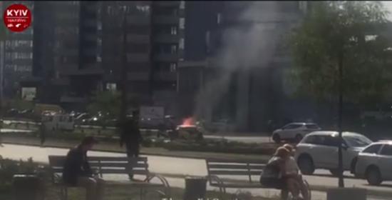 На Дніпровській набережній у Києві загорілося авто