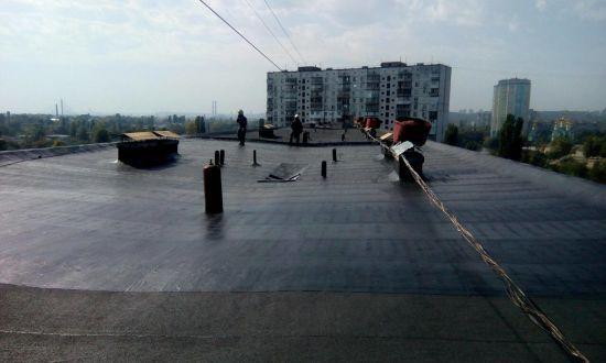 На даху багатоповерхівки у Києві стався вибух, є постраждалі