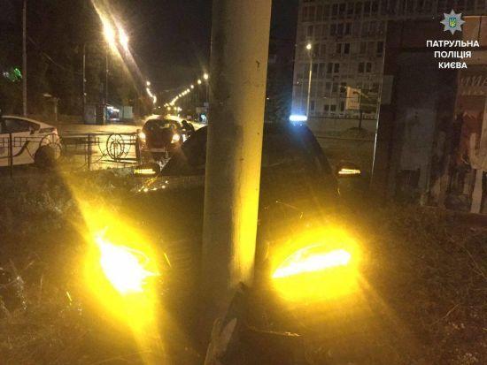 У Києві водій Mercedes напідпитку, тікаючи від кількох патрулів поліції, протаранив стовп