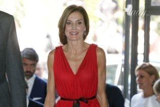 Красный ей к лицу: роскошная королева Летиция с супругом сходила на концерт