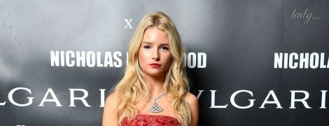 19-летняя Лотти Мосс пришла на вечеринку в эффектном платье и с ярким макияжем