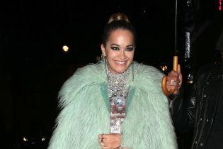 В мятной шубе и блестящем мини-платье: Рита Ора на вечеринке в Лондоне
