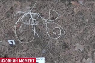 На Сумщине няня привязала 7-летнего ребенка к дереву в лесу возле кладбища