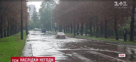 Дощ відправив вулиці Рівного під воду