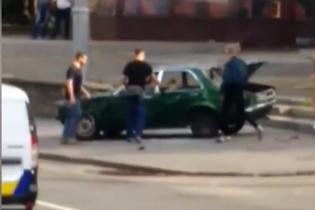 В центре Киева разбили неправильно припаркованное авто