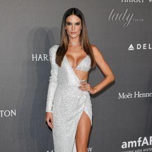 В асимметричном платье с блестящим бюстгальтером: сексуальная Алессандра Амбросио на гала-вечере amfAR