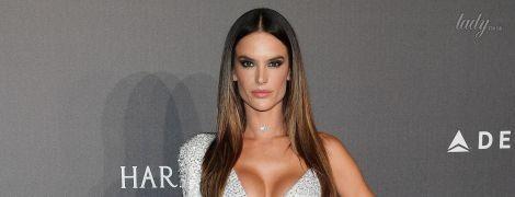 В асимметричном платье с блестящим бюстгальтером: сексуальная Алессандра Амбросио на гала-ужине amfAR