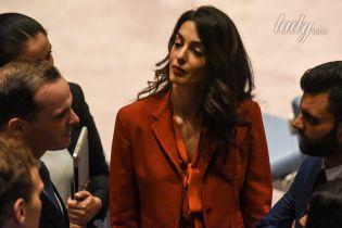 Спустя три месяца после родов: Амаль Клуни вышла на работу в элегантном образе
