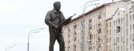 З московського пам'ятника Калашникова пообіцяли швидко прибрати схему німецького автомата