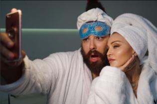 Мадонна кумедно відригнула у рекламі косметики своєї марки