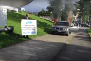 В Мюнхене мужчина в знак протеста спалил BMW 7 Series