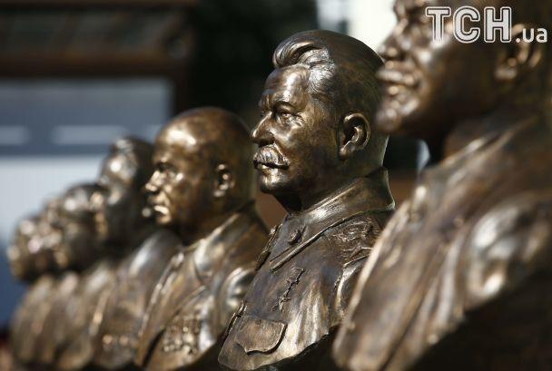 Песков назвал неуместным вопрос обустановке бюста Сталина на«Аллее правителей»