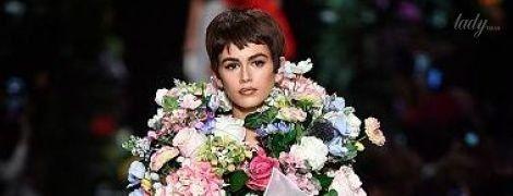 Милая в цветах и дерзкая в косухе: 16-летняя Кайя Гербер на подиуме показа бренда Moschino