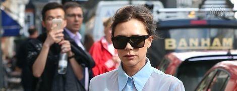 В голубой блузке и бордовых сапогах: стильный выход Виктории Бекхэм
