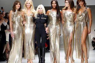 Легендарные топ-модели на подиуме: Бруни, Кэмпбелл, Шиффер, Кроуфорд и Кристенсен в показе Versace