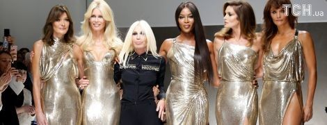 Легендарні топ-моделі на подіумі: Бруні, Кемпбелл, Кроуфорд, Шиффер і Крістенсен у показі Versace