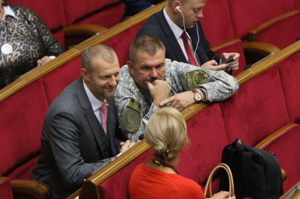 Игривые улыбки и аплодисменты депутатов. Как в Раде слушали обращение Порошенко