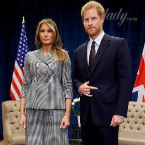 В брючном костюме от Dior и на шпильках: Мелания Трамп встретилась с принцем Гарри