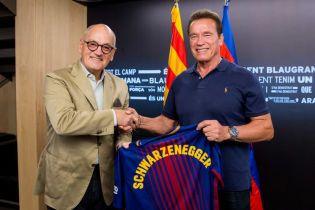 """Шварцнеггер приехал в музей """"Барселоны"""" и получил клубную футболку"""