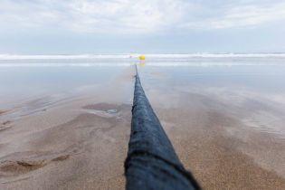 Facebook и Microsoft создали наиболее технологичный подводный кабель, который весит как 34 кита