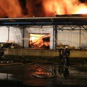 У Києві всю ніч гасили масштабну пожежу на складі з полімерами та пінопластом