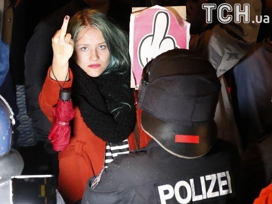 Нецензурні гасла і середні пальці: у Німеччині сотні демонстрантів протестують проти ультраправих