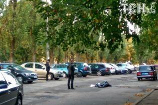 У Києві поблизу Святошинського РАЦСу знайдено тіло людини