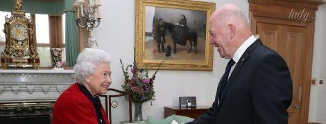 Полюбила кардиганы: королева Елизавета II удивила своим новым образом