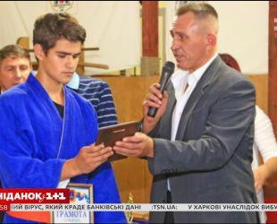 13-летний Максим Тихончук, вынесший из пожара в Одессе 15 детей, получил награду