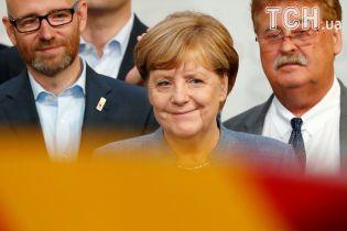 """Скромная отличница и """"комсомолка"""". Какой Меркель помнят в родном городке"""