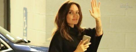 Любит черный цвет: Анджелина Джоли в повседневном образе попала в объективы папарацци