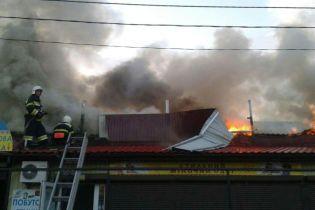 Їдкий дим та порятунок краму торговців: у Полтаві потужна пожежа охопила центральний ринок