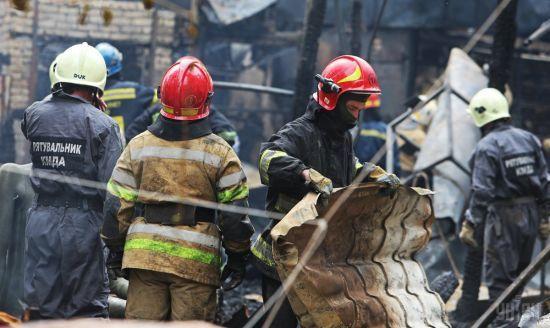Українським пожежникам передали форму з Канади