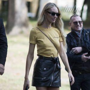 В мини-юбке и без лифчика: Кэндис Свэйнпоул на улицах Милана