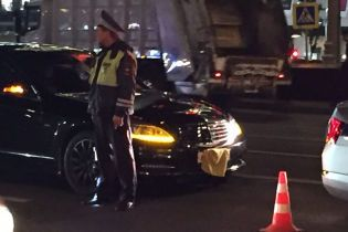 Водія Mercedes, який збив поліцейського в Москві, відвезли на машині з держномером
