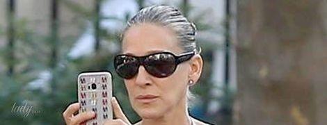 С грязными волосами и в повседневном образе: Сара Джессика Паркер на прогулке по Манхэттену