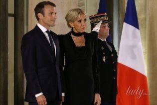 В строгом платье и с чокером на шее: светский выход первой леди Франции Брижит Макрон