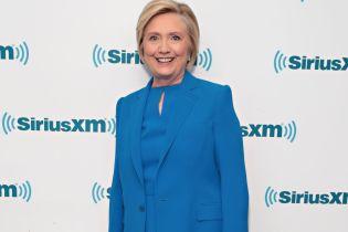 В ярком костюме и в хорошем настроении: Хиллари Клинтон в Нью-Йорке