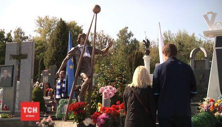 На Байковом кладбище установили памятник Андрею Гусину