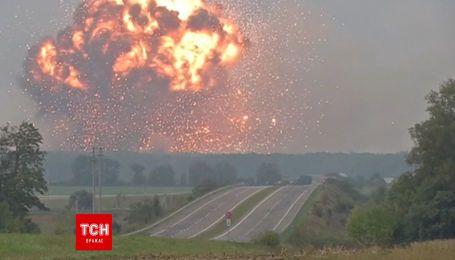Потужні вибухи на військовому складі в Калинівці зафільмував кореспондент Reuters