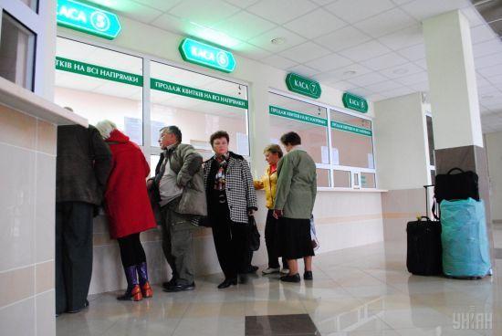 """Вибухи під Вінницею: сотні людей не можуть виїхати з Тернополя, на вокзалі орудують """"сірі"""" маршрутники"""