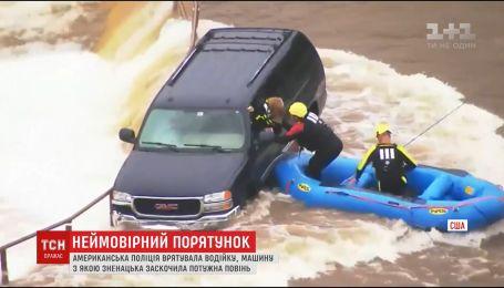 В американской Оклахоме спасатели освободили женщину с залитой наводнением машины