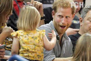 Принц Гаррі кумедно порозважав дівчинку, яка нишком ласувала його попкорном