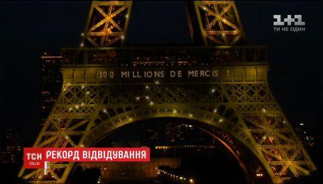 На Эйфелевой башне устроили шумную вечеринку в день поднятия 300-миллионного посетителя